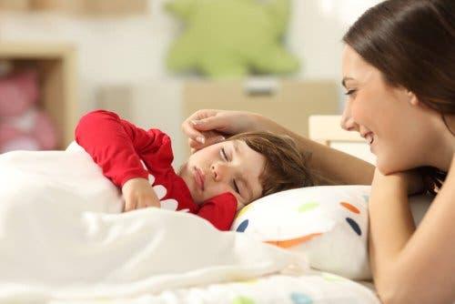 kendi yatağında uyuyan çocuk