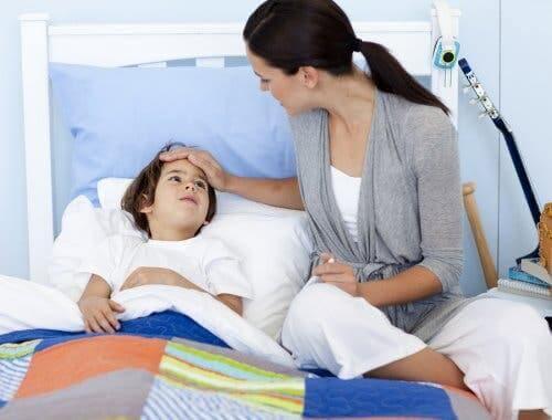 Çocuğunu yatağa yatıran bir anne.