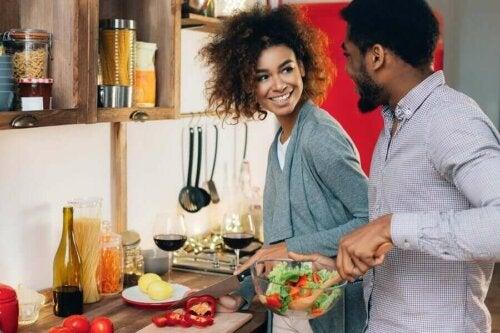 Bir Çift Olarak Beraber Yemek Pişirmek ve Faydaları