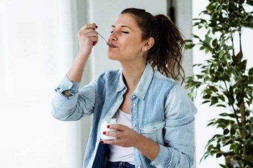 Yoğurt yiyen bir kadın.
