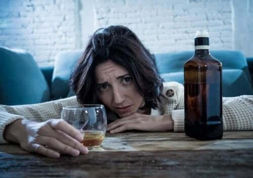 Alkol alan bir kadın.