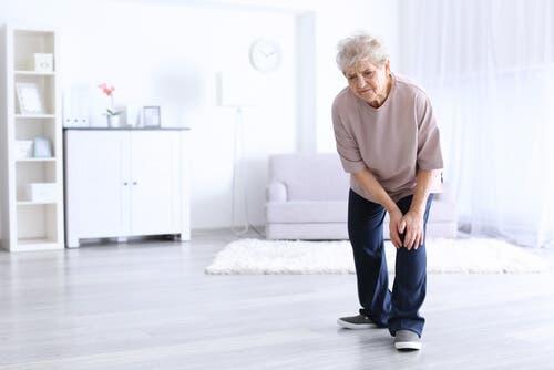 Artritten muzdarip yaşlı bir kadın.