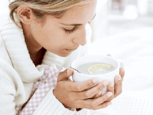 Çay içen bir kadın.