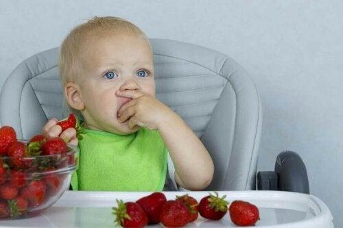 Çilek yiyen bir bebek.