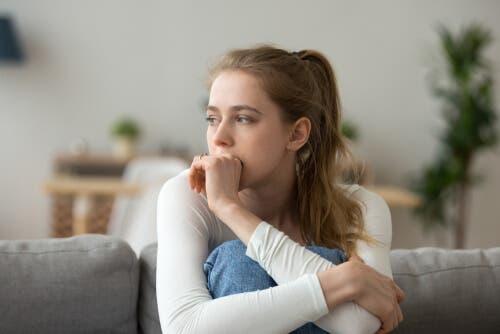 Depresif görünen bir kadın.