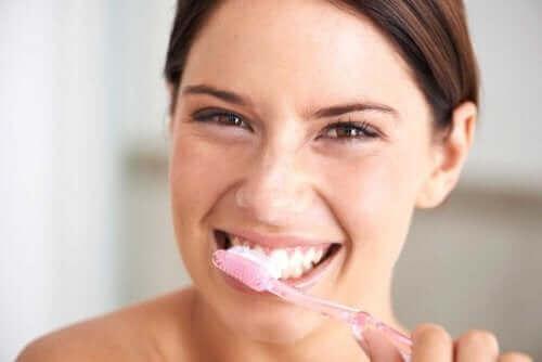 Dişlerini fırçalayan bir kadın.