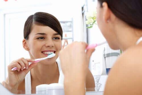 Dişini fırçalayan bir kadın.