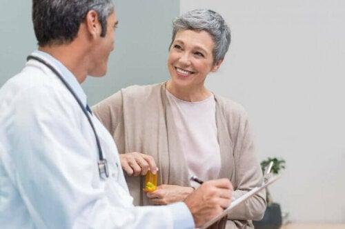 Menopozda olan bir kadını tedavi eden bir doktor.