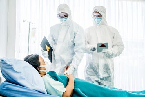 Bir hastayı gören iki doktor.