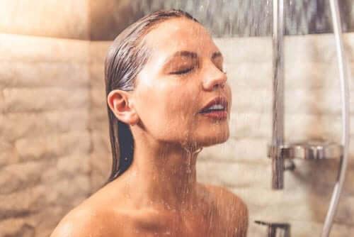 Duş alan bir kadın.