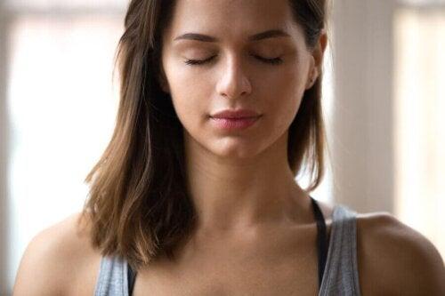daha iyi bir duygusal sağlık için duygularını tanımaya çalışan kadın