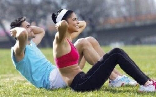 Dışarıda egzersiz yapan iki kişi.