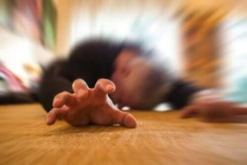 Bir epileptik nöbet sırasında bulanık gören bir kişi.