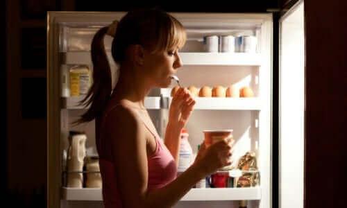 Gece saatlerinde yemek yiyen diyabet hastası bir kadın.