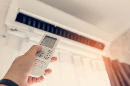 Evinde klima kullanan bir kişi.