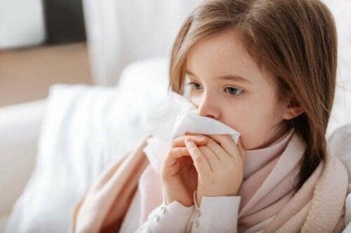 çocuklarda en yaygın alerjiler- hapşıran kız çocuğu