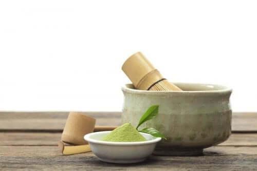 Matcha çayı ve yapılması için kullanılan geleneksel malzemeler.
