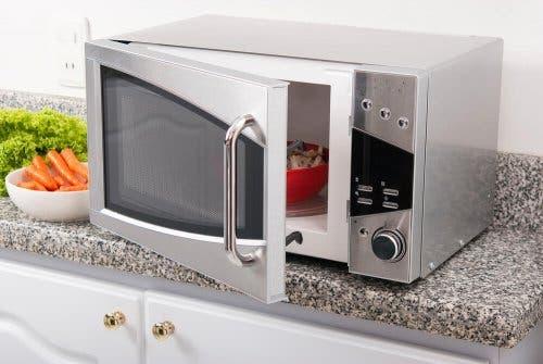 Bir mikrodalga fırın.