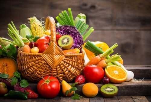Bir sepet taze meyve ve sebze.
