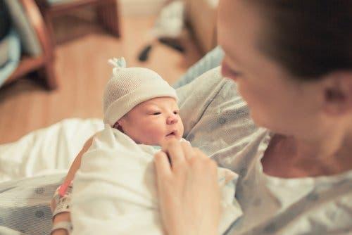 Bir anne ve yeni doğan bebeği.