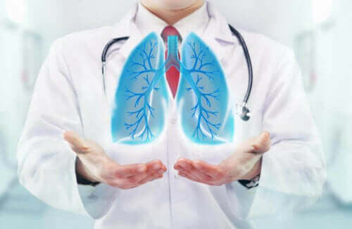 Bir doktor ve önünde duran bir akciğer çizimi.