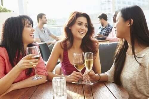 üç kadın birlikte bir kafede oturup içki içiyorlar