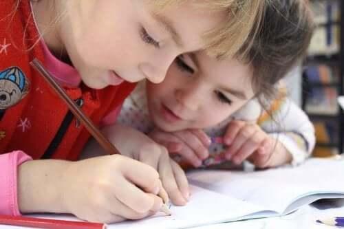 iki çocuk birlikte resim çiziyor