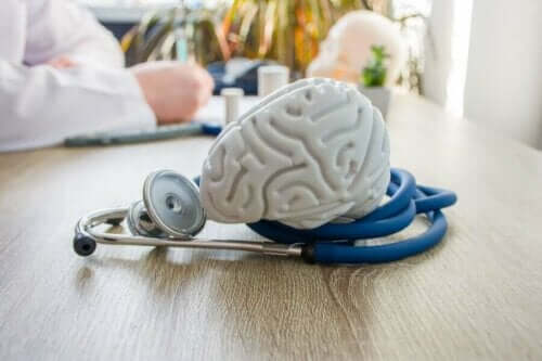 Bir doktorun masasında duran bir beyin modeli.