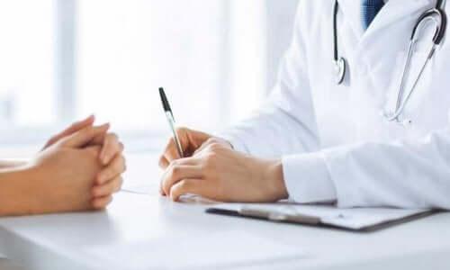 Doktoru ile konuşan bir hasta.