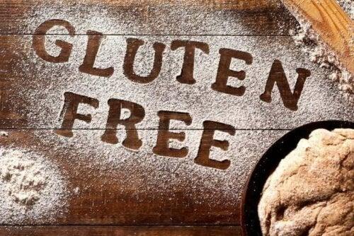 """Üzerine un kullanılarak """"glutensiz"""" yazılmış ahşap bir yüzey."""