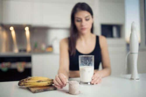 Muzun faydaları üzerine düşünerek bir şeyler yiyip içen bir kadın.