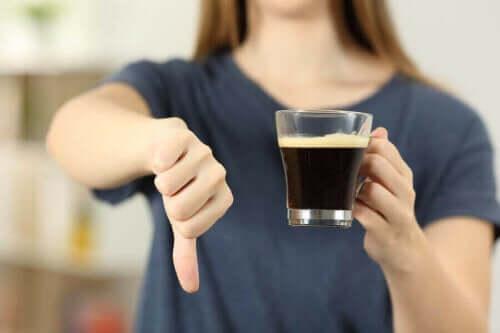 kahve için olumsuz işareti yapan bir kadın