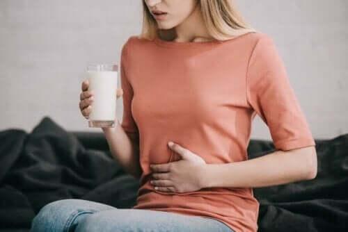 Laktoz intoleransı olan bir kadın.