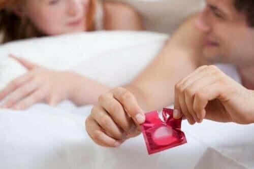 prezervatif açan bir erkek