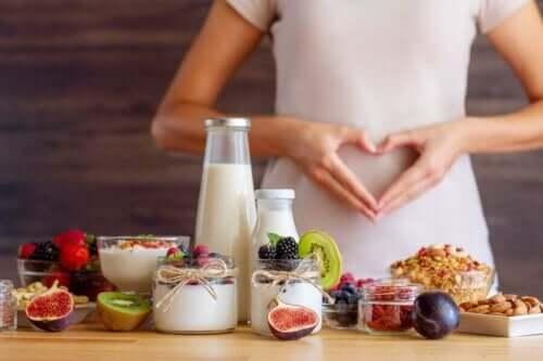 Sağlıklı besinler tüketen kadın