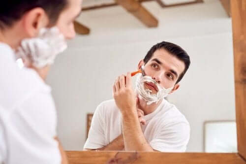 Tıraş olan bir adam.