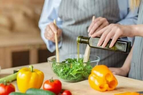 Salataya yağ döken kadın