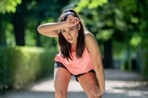 Koşu yaparken yorulmuş bir kadın.