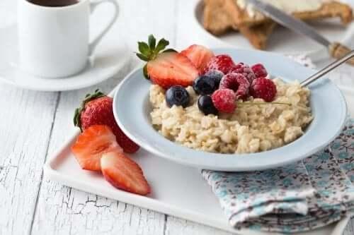 Sağlıklı bir kahvaltı alternatifi olarak yulaf.