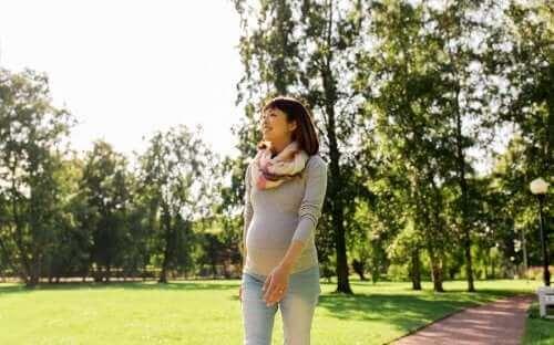 Yürüyen hamile bir kadın.