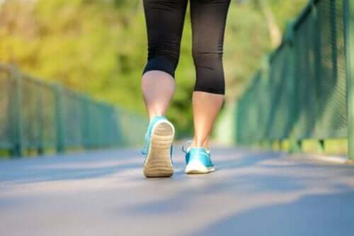 Yürüyen bir kadın.