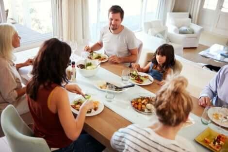 erken akşam yemeği yiyen aile