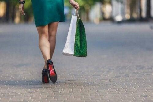 Alışveriş yapan bir kadın.