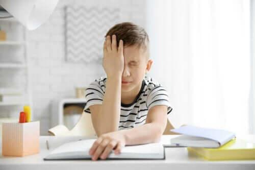 Baş ağrısı yaşayan bir çocuk.