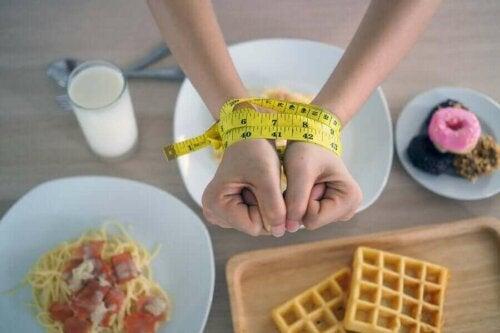 basit karbonhidrat örnekleri elleri bağlı bir kadın
