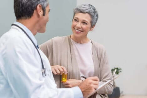 Yaşlı bir kadın doktor ile görüşüyor.