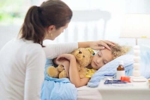 çocuk hasta yatak anne