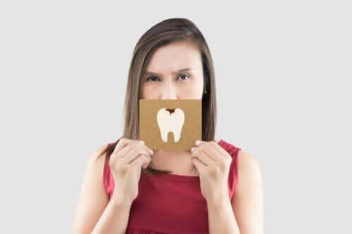 Diş simgesi tutan kadın