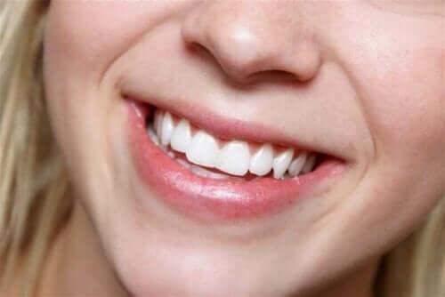 Beyaz dişleri ile gülümseyen kadın