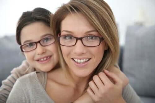 gözlük takan anne kız çocuk